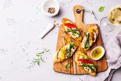 Rostat brödsmörgåsar med ost, peppar och sparriers royaltyfri foto