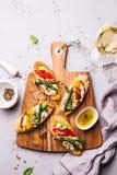 Rostat brödsmörgåsar med ost, peppar och sparriers royaltyfri fotografi
