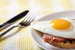 rostat bröd med stekt ägg och bacon Royaltyfria Bilder