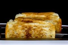 Rostat bröd poppar in upp brödrosten Arkivfoton
