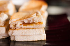 Rostat bröd som fylls med vaniljsås Arkivbild