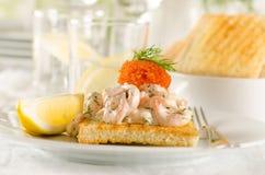 Rostat brödskagen - srimp och kaviar på rostat bröd Fotografering för Bildbyråer