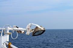 Rostat ljus av ett skepp över havet royaltyfri fotografi