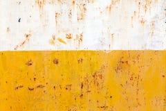 Rostat stål, i guling- och vitfärg Arkivbilder