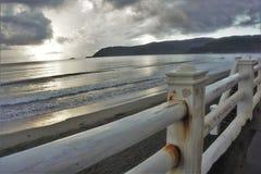 Rostat staket av strandpromenaden royaltyfri bild
