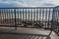 Rostat staket And Shoreline Royaltyfri Bild