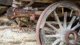 Rostat trävagnhjul royaltyfria bilder
