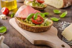 Rostat Tuscan bröd med pesto Arkivbild