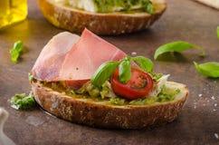 Rostat Tuscan bröd med pesto Arkivfoton