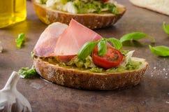 Rostat Tuscan bröd med pesto Royaltyfri Bild