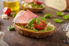 Rostat Tuscan bröd med pesto Arkivbilder
