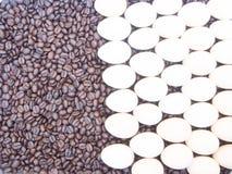 Rosted咖啡豆用鸡蛋 免版税图库摄影
