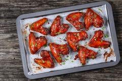 Rosted在烤板的鸡翼 图库摄影