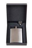 Rostfreie Hüftenflasche in einer schwarzen Geschenkbox Lizenzfreies Stockfoto