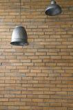 Rostfreie Lampe und Weinlesebacksteinmauer Lizenzfreie Stockfotografie