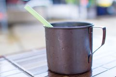 Rostfreie Schale kaltes Wasser mit Eis Lizenzfreie Stockbilder