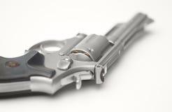 Rostfreier 357 Magnum-Revolver gespannt auf Weiß Stockbilder
