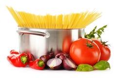 Rostfreier Topf mit Spaghettis und Vielzahl des rohen Gemüses Lizenzfreie Stockfotografie