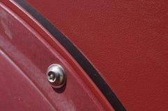 Rostfri maskinvara och röd struktur Arkivfoto