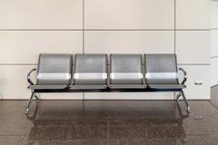 Rostfria väntande stolallmänhetbänkar anknyter länge den offentliga stolen för raden royaltyfria foton