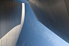 rostfritt stål för blå sky Arkivbild
