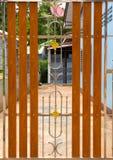 Rostfritt stål- och trädörr arkivfoton