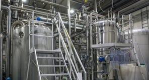 Rostfritt stål som bryggar utrustning: stora behållare och rör i modern ölfabrik Bryggeriproduktion, industriell bakgrund arkivbilder