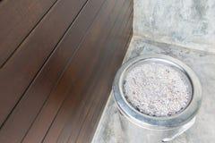 Rostfritt stålbehållare är van vid rökcigaretter Arkivbilder