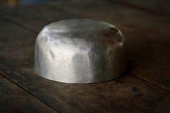 Rostfritt stålbunke på träbakgrund fotografering för bildbyråer