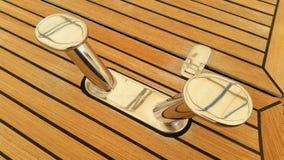 Rostfritt ståldubbar med teakträt som pryder bakgrund Fotografering för Bildbyråer