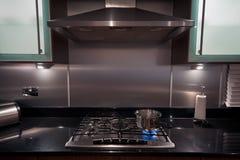 Rostfritt stålpanna på gashoben i ett modernt kök Royaltyfri Fotografi