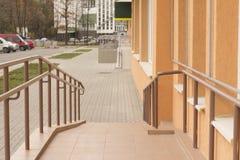 Rostfritt stålräcke utanför en byggnad Arkivfoton