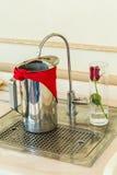 Rostfritt ståltillbringare av kallt vatten och vattenkranfiltret Royaltyfri Foto