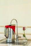 Rostfritt ståltillbringare av kallt vatten och vattenkranfiltret Royaltyfria Bilder