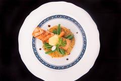 Rosti de color salmón asado a la parrilla con las verduras y bechamel y hollandaise Foto de archivo libre de regalías