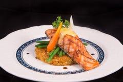 Rosti de color salmón asado a la parrilla con las verduras y bechamel y hollandaise Foto de archivo