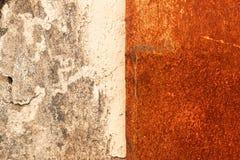 Rostig bakgrund f?r orange metall, metallgrungetextur royaltyfri foto