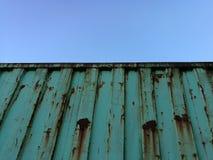 Rostig behållare mot klar blå himmel royaltyfri fotografi