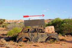 Rostig bilhaveri i en opal som bryter område, australiska öknar Royaltyfri Foto