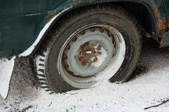 Rostig bilvinge och hjul Royaltyfria Bilder