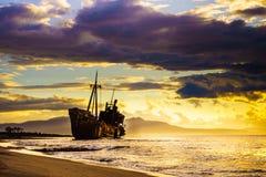 Rostig bruten skeppsbrott på havskust royaltyfri bild