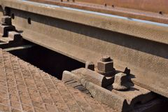 Rostig bult, gamla järnvägspår Royaltyfri Fotografi