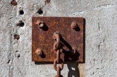 Rostig cirkel-montering strömkrets på en betongvägg Royaltyfri Fotografi