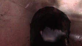 Rostig dörr i bergingången till minen, Moria, arrest, fängelse lager videofilmer