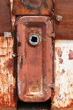 Rostig dörr på det skeppsbrutna övergav skeppet Arkivbilder
