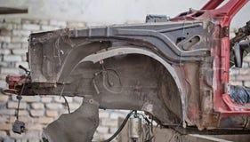 Rostig främre vinge på den kraschade bilen Royaltyfria Bilder