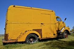 Rostig gammal ölskåpbil Arkivfoto