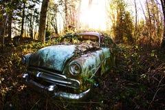 Rostig gammal antik bil Arkivbilder
