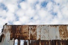 Rostig gammal bakgrund för zinkväggtextur arkivbilder