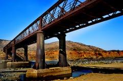 Rostig gammal bro Fotografering för Bildbyråer